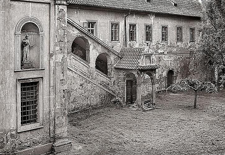JIŘÍ HAVLÍK: PRŮVAN ČESKOKRUMLOVSKÝCH KLÁŠTERŮ, výstava fotografií poskytující jedinečný pohled do nedávné minulosti klášterů